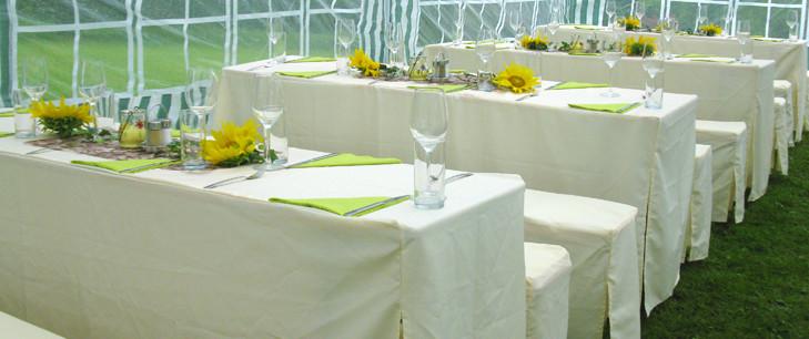 Sitzgarnituren mit Hussen und Dekoration