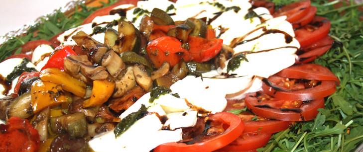 Tomaten Mozarella Platte auf Rucola Salat
