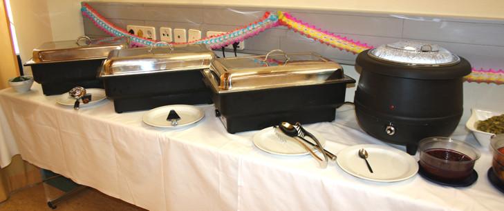 Buffetausstatttung mit Suppenwärmer und Warmhalteplatten